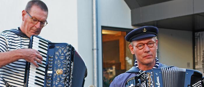Accordeonisten van Shantykoor Kantje boord tijdens de Walk & Wine in Vaassen op 5 oktober 2018