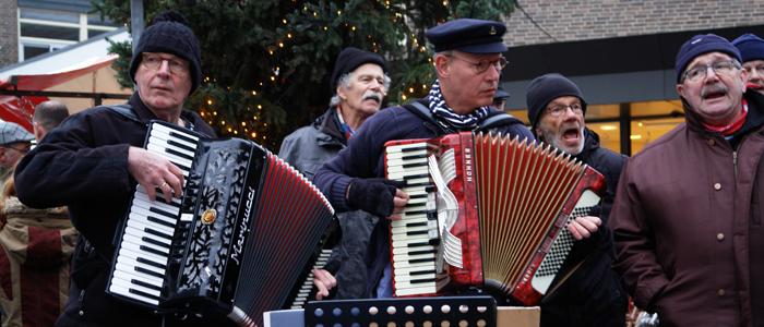 Accordeonisten van Shantykoor Kantje boord tijdens het kerstevent in Vaassen op 15 december 2018